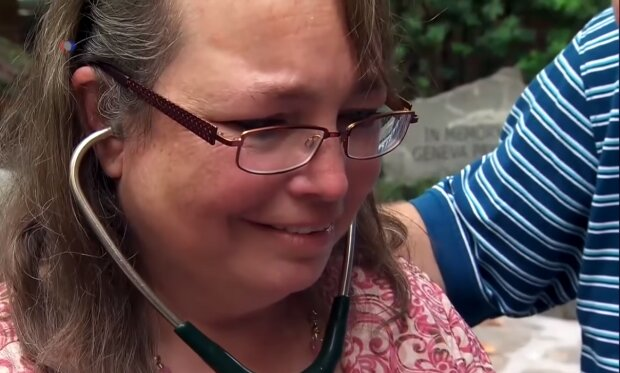 Eine Mutter hört wieder den Herzschlag ihres Sohnes. Quelle: Screenshot YouTube