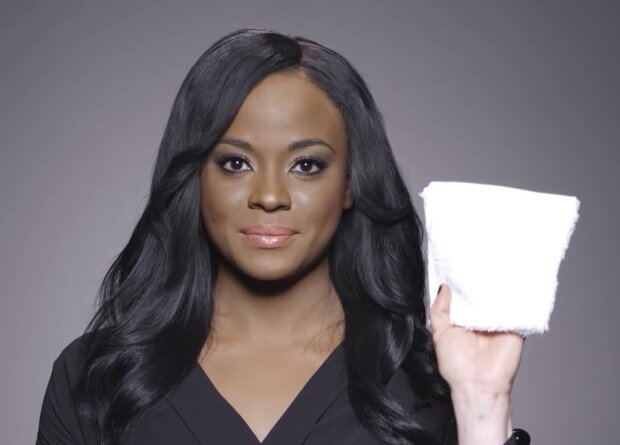 Die Frau zeigte ihr wahres Gesicht, indem sie ihr dichtes Make-up entfernte, um andere wie sie zu unterstützen