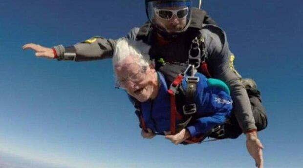 Wie eine 95-jährige Großmutter ihren Geburtstag mit einem Sprung aus einem Flugzeug gefeiert hat