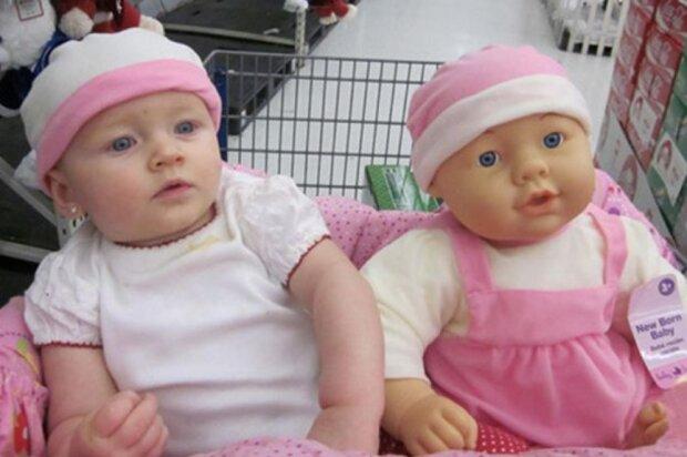 Kinder, die genau wie ihre Puppen aussehen