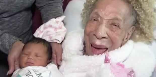 Die 105-jährige Ur-Ur-Ur-Großmutter trifft ihre Urenkelin in der 5 Generation