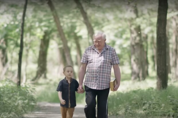 Opa und Enkel. Quelle: Screenshot Youtube