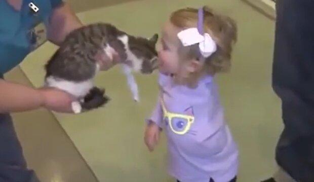 Ein zweijähriges Mädchen mit einer Hand freundete sich mit einem ungewöhnlichen Haustier an