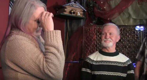 Warum hat ein 47-jähriger Mann seiner Highschool-Freundin ein Weihnachtsgeschenk vorenthalten und es jedes Jahr unter den Baum gelegt