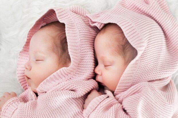 Eine Leihmutter brachte Zwillinge zur Welt, aber die biologischen Eltern weigerten sich, sie mitzunehmen: Wie das Schicksal der Kinder ausging