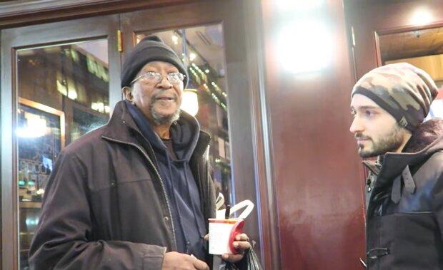 Ein obdachloser Mann in einem Cafe. Quelle: YouTube Screenshot