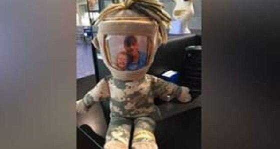 Ein soziales Netzwerk half der Tochter die Puppe zurückzubekommen, auf der sich ein Foto ihres Vaters befand