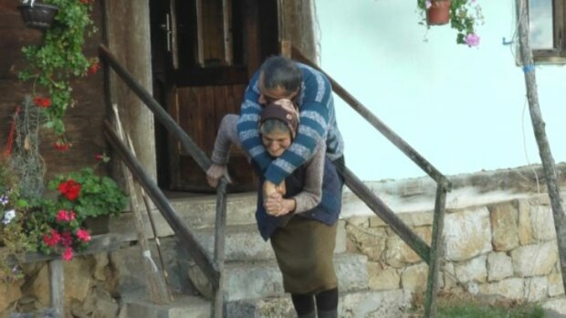 """""""Elterliche Liebe"""": Die siebenundsiebzigjährige Mutter trägt seit fast sechzig Jahren einen bewegungslosen Sohn"""