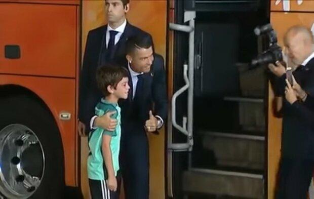 Cristiano Ronaldo und der Junge. Quelle: Youtube Screenshot