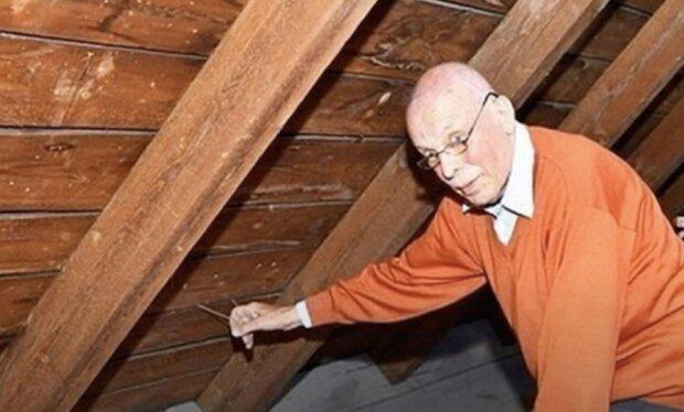 Ein Mann zog an einem Seil auf dem Dachboden und fand ein Versteck, das dort vor 70 Jahren verlassen wurde