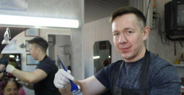 In Deutschland versteigerte ein Friseur seinen ersten Haarschnitt-Termin für 422 €, Details