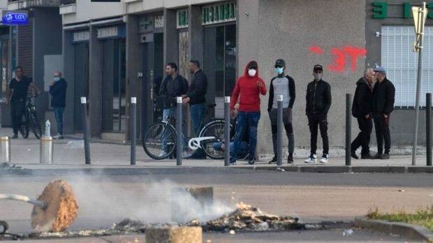 Interethnische Zusammenstöße in Frankreich: Behörden schicken Polizei und Armee in die Stadt
