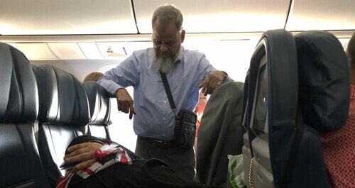Wahre Liebe: Ein älterer Ehemann stand in einem Flugzeug, damit seine Frau schlafen konnte