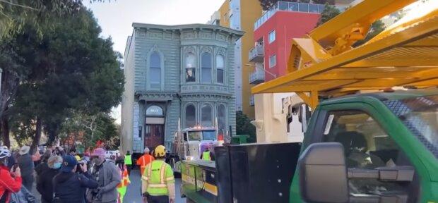 Das Haus wird an einen anderen Ort transportiert. Quelle: Screenshot YouTube