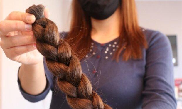 Das Mädchen ließ sein Haar jahrelang wachsen, ließ es aber schneiden, um ein anderes Mädchen zur Prinzessin zu machen