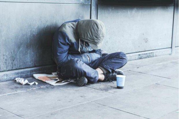 Die Frau blieb stehen, um mit einem Obdachlosen zu plaudern, und traf die Liebe ihres Lebens