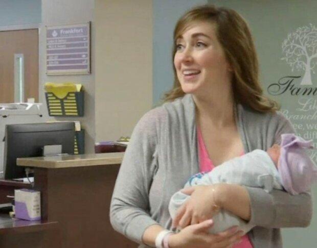 Frau hat dem Baby bei der Geburt geholfen, und ein paar