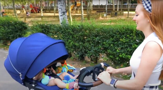 Frau mit Kinderwagen. Quelle: Screenshot YouTube