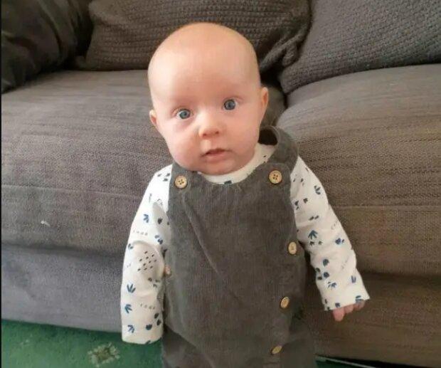 Wie das Baby aus Großbritannien mit acht Wochen schon auf eigenen Beinen stand