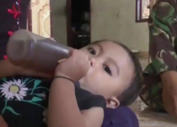 Kaffeesüchtiger von klein auf: Warum eine Mutter in Indonesien ihr einjähriges Baby mit Kaffee anstelle von Milch nährt