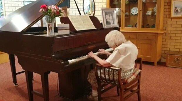 Die 95-jährige Großmutter beschloss, Klavierspiel zu lernen, um Geld für wohltätige Zwecke zu sammeln