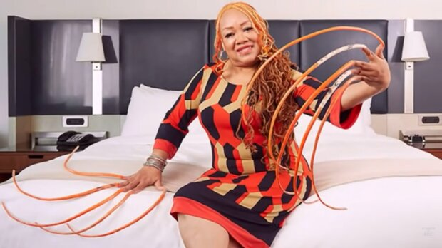 Die Frau mit den längsten Fingernägeln. Quelle: YouTube Screenshot