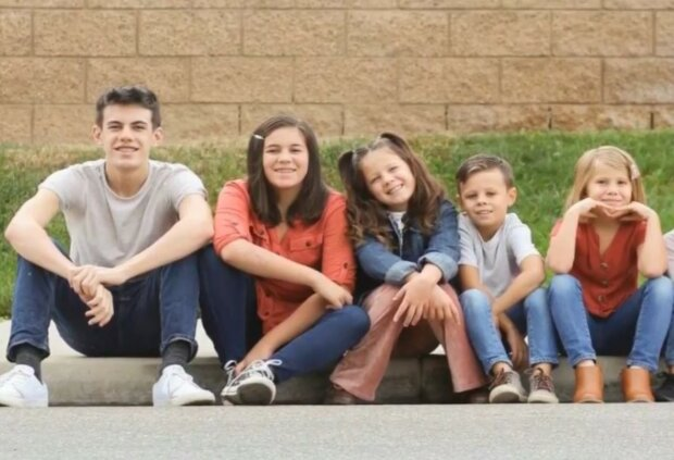 Glückliche Familie mit großem Herzen. Quelle: Screenshot YouTube