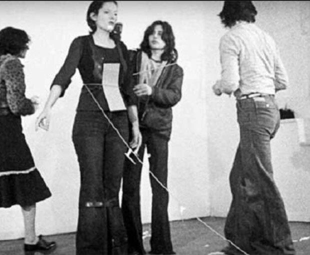 Soziales Experiment: Die Künstlerin stand 6 Stunden lang still und erlaubte dem Publikum, alles mit ihr zu machen, was sie wollten