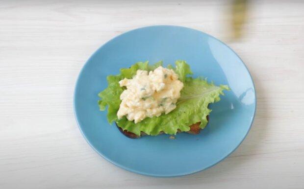 Toast mit Rührei: ein gesundes Frühstück in 5 Minuten
