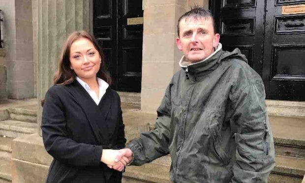 Man vertraute ihm: Ein Obdachloser hat das Geld eines fremden Menschen bewacht