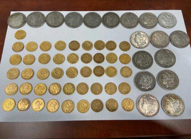 Die Ehegatten fanden auf dem Dachboden wertvolle Münzen und dachten sofort eine Verwendung für sie aus: Sie wurden reicher, aber nicht materiell
