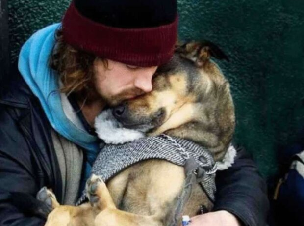 Reichtum in ihren Herzen: die Obdachlosen, die alles den Hunden gegeben haben