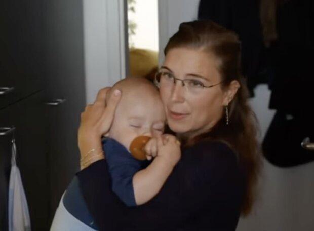 Kind und Mutter. Quelle: Screenshot YouTube