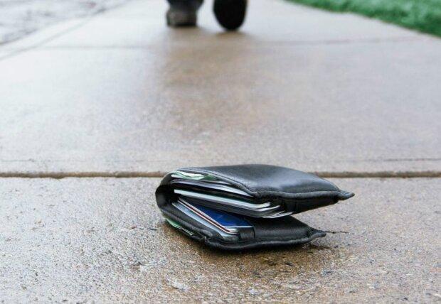 Kinder fanden eine Geldbörse mit viel Geld und beschlossen, das Richtige zu tun