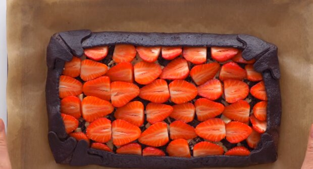 Erdbeertorte mit Schokoladenüberzug.Quelle:Screenshot YouTube