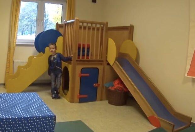 Junge im Kita. Quelle: Screenshot YouTube