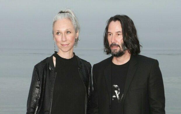 Die Geliebte von Keanu Reeves erzählte, warum sie ihr graues Haar nicht färbt und ihre Falten nicht verbirgt