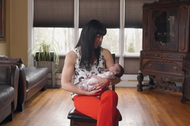 Frauen, denen Puppen bei der Stressbewältigung helfen. Quelle: Screenshot YouTube
