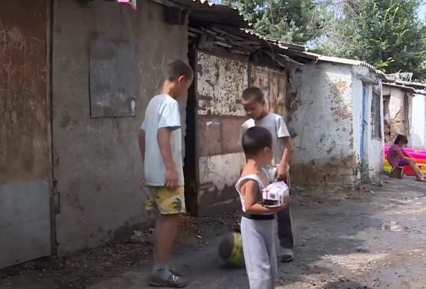 Junge verschenkt sein Spielzeug an Kinder. Quelle: Screenshot Youtube