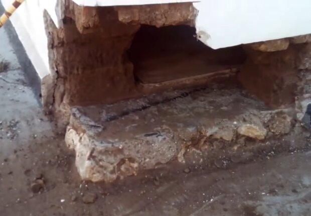 Mann fand den Schatz in der Wand einer Hütte. Quelle: Screenshot Youtube
