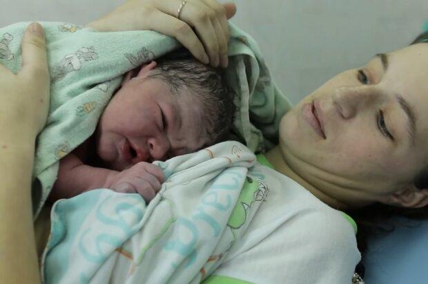 Mutter mit dem neugeborenen Baby. Quelle: Screenshot Youtube
