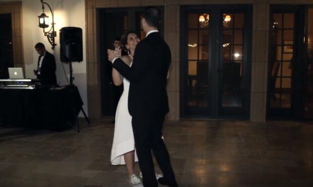 """""""Es ist Mamas Hochzeitstag"""": Drei erwachsene Söhne luden die Mutter-Braut zum Tanz ein"""