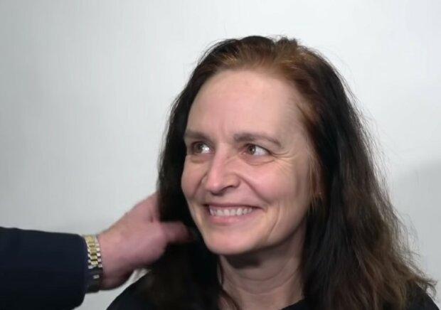 Die Frau wollte ihre Haare ein wenig kürzen lassen, verließ aber den Salon als eine ganz andere Frau