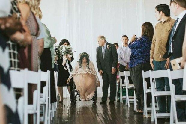 Die Braut stieg bei ihrer eigenen Hochzeit aus dem Rollstuhl