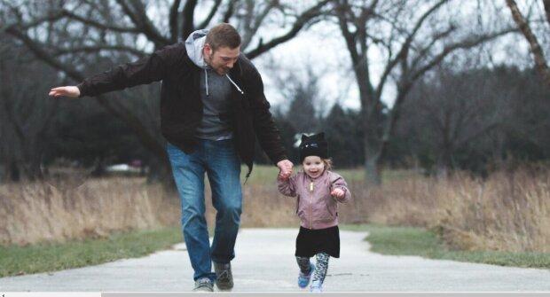 Mann kann nicht sehen, aber 5-jährige Tochter führt ihn zur Arbeit