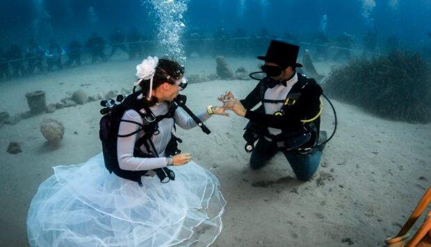 Die Hochzeit unter dem Wasser. Quelle:Screenshot YouTube