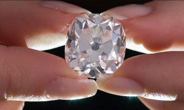 """Eine Frau kaufte auf einem Flohmarkt ein """"Steinchen"""", aber es stellte sich heraus, dass es ein 26-Karat-Diamant war"""