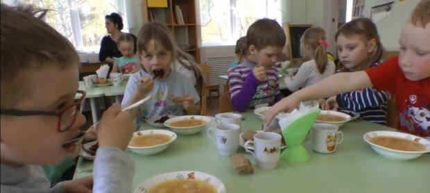 Kinder essen. Quelle: Youtube Screenshot
