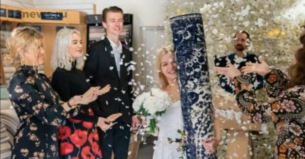 Seltsame Hochzeit: Warum eine Engländerin einen Teppich heiratete
