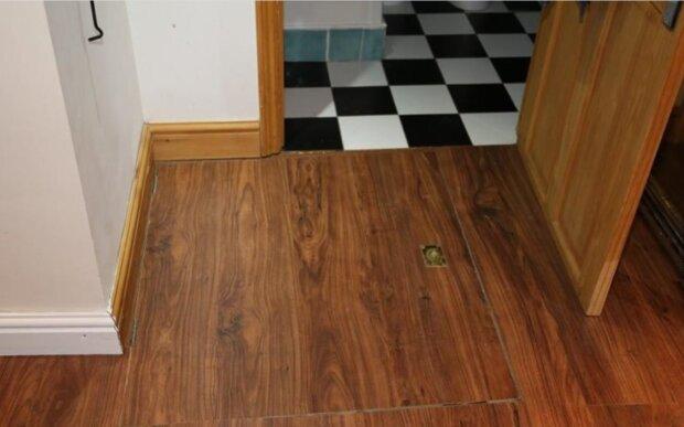 Ein Mann zog an einen unscheinbaren Griff im Boden und fand zu Hause den Eingang zu einem Verlies, das vor 50 Jahren geschlossen wurde